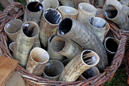 bocinas: Cuernos para beber. cuernos de vaca en una cesta de mimbre