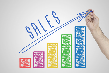 Umsatzentwicklung. Handzeichnung Zunehmendes Geschäftsdiagramm, welches das Wachstum in den Verkäufen zeigt. Standard-Bild