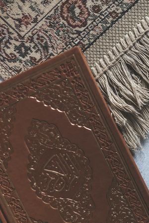 Le Saint Coran avec chapelet et tapis de prière. Image du Saint Coran avec chapelet. Chapelet Musulman Et Coran. Vue de dessus