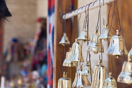 Cloche artisanale pratique en laiton traditionnel se vendant à Boukhara, Ouzbékistan Banque d'images