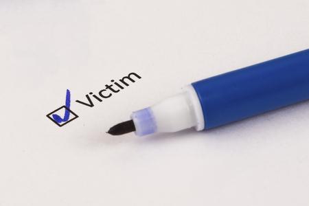 Questionnaire, sondage. Case cochée avec inscription Victime et marqueur bleu.