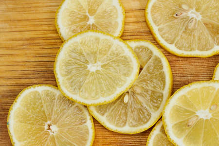 Fresh summer fruits background. Freshly sliced lemon fruit on cutting board. Close-up view 免版税图像