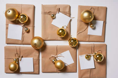 Preparing Christmas gifts with craft paper at home. Homemade Christmas presents Standard-Bild