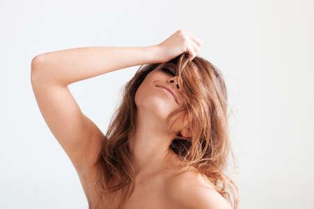 wild hair: La donna giocosa con capelli selvaggi.