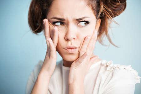 Die Frau mit Misstrauen schaut zur Seite Standard-Bild
