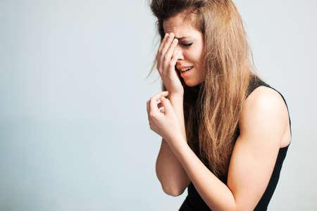 ojos llorando: La mujer molesta llora fuerte.