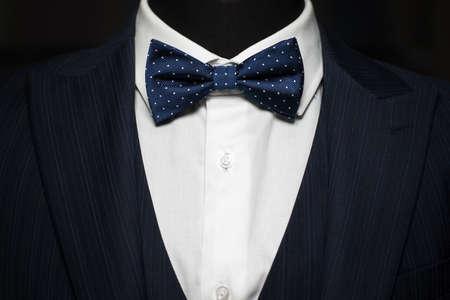 Tuxedo et noeud papillon sur la personne méconnaissable Banque d'images - 46740839