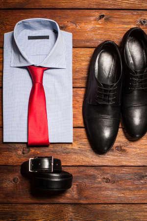 男のコレクション: 明るいネクタイ、靴と木の背景にベルトとシャツ 写真素材 - 46740852