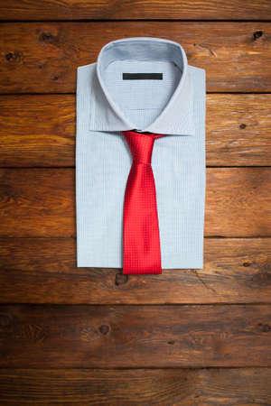 Shirt avec cravate rouge sur un fond en bois brun Banque d'images - 46740856