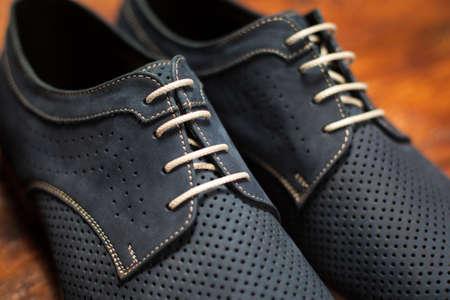 Zapatos de los hombres con estilo en un fondo de madera Foto de archivo - 46740878