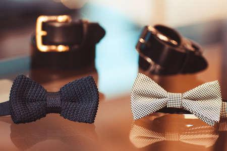 Ensemble d'accessoires pour homme. usure (ceintures, cravates) hommes sur un verre vitrine de magasin Banque d'images - 46740944