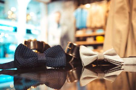 Ensemble d'accessoires pour homme. usure (ceintures, cravates) hommes sur un verre vitrine de magasin Banque d'images - 46740969