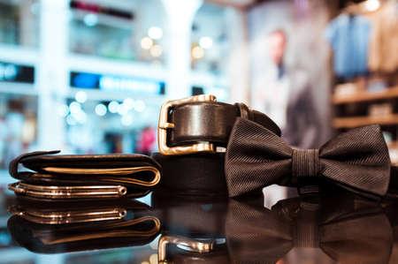 スタイリッシュなブラック メンズ ネクタイ、財布のお金で、店のショー ウィンドウのガラスにベルト。ビジネスの男性のアクセサリーのセット