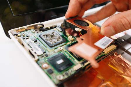 Vérifiez et service de garantie de l'ordinateur portable (pc, ordinateur). Remplacement des pièces cassées Banque d'images - 46741060