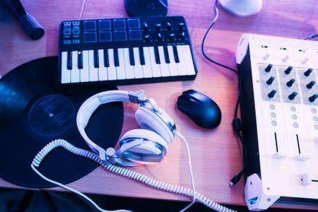 pentagrama musical: producción de audio de sonido en estudio con equipos musicales. pentagrama musical de DJ Foto de archivo