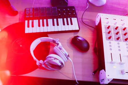 pentagrama musical: producci�n de audio de sonido en estudio con equipos musicales. pentagrama musical de DJ Foto de archivo
