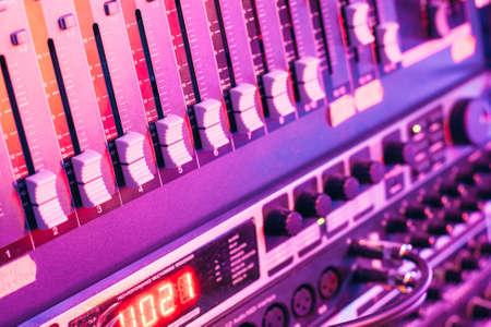 party dj: Dj efectos analógicos compositor consola de mezcla de la música en el estudio de grabación o un concierto. productor caja de resonancia