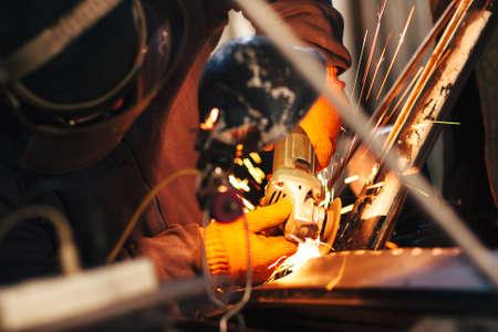 silhouette voiture: Mécanicien de faire un travail du métal, la réparation automobile avec broyeur électrique. Concept de rénovation de la vieille voiture et un service de garage Banque d'images