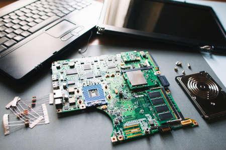 壊れた逆アセンブルしたノート パソコン (コンピューター) とデスクトップ。Pc の電子部品: マザーボード、ディスプレイ (モニター)、hdd 写真素材