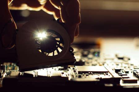 Ingénieur, réparation, informatique, (pc), planche Technicien branchez les pièces électroniques sur la carte mère. Banque d'images - 54302126