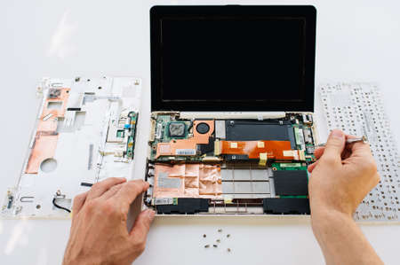 servicio de mantenimiento de la computadora portátil (ordenador PC). La instalación del equipo, prueba y reparación Foto de archivo
