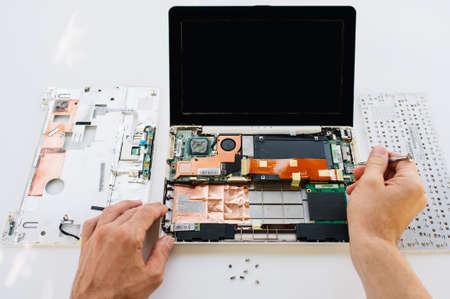 hardware: servicio de mantenimiento de la computadora portátil (ordenador PC). La instalación del equipo, prueba y reparación Foto de archivo