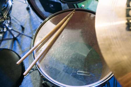 Modern drumstel en drumsticks voorbereid voor het afspelen van achtergrond bovenaanzicht. Flat lay professionele drum kit voor een live concert. Drummer, muziek band, night show, geluidsopname-concept