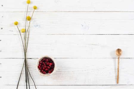 나무 테이블에 여유 공간이 과일 채식 아침. 말린 과일과 꽃 상위 뷰입니다. 규정 식 음식 평면 복사본 공간 흰색 나무 배경에 누워.