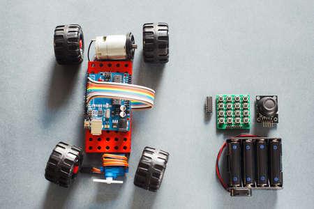 Handgemaakte rc model auto, de bouw van elektronisch. Little zelfgemaakte truck rally met afstandsbediening, prototype van de auto speelgoed voor volwassenen. Moderne technologieën in speelgoed. Stockfoto