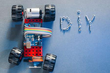 Handmade toy-machine sur la base de microcontrôleur, fond bleu, concept diy. construction maison avec des éléments électriques. Do-it-yourself jouet prototype, fabriqué avec des composants électroniques Banque d'images - 60028843