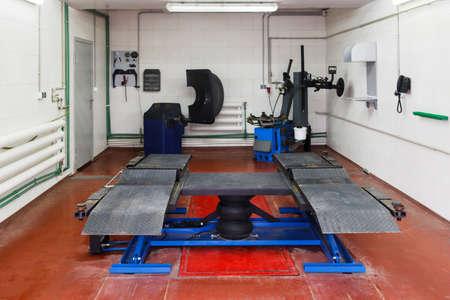 autolavado: Vehículo estructura de lavado de arriba en tren de lavado. Equipo especial para el lavado de automóviles en la estación de servicio profesional