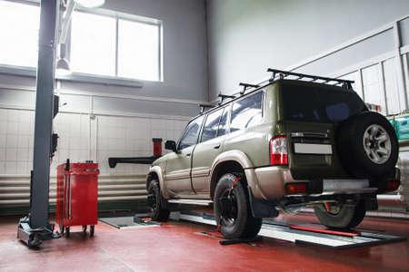 Alignement des roues VUS au service professionnel. Car prêt pour l'entretien dans le garage moderne Banque d'images - 60887643