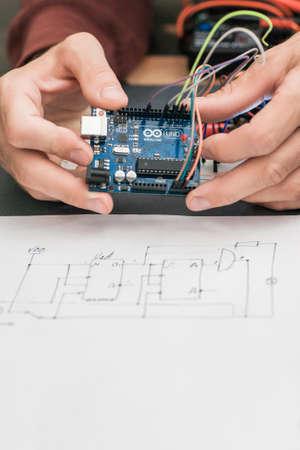 우크라이나, KARKIV, AUGUST 25,2016. 와이어 엔지니어링 다이어그램 근접와 Arduino UNO 플랫폼의 기지에서 전자 건설. Arduino UNO는 오픈 소스 전자 플랫폼입니다
