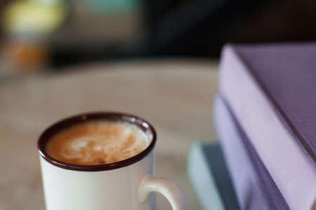 Tasse de café avec des dossiers pourpres, espace libre. Travailler au bureau, pause-café au lieu de travail. Banque d'images - 62996518