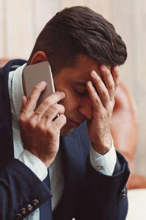 problemas familiares: El hombre que recibe malas noticias en el teléfono. Los problemas familiares, el concepto de relación.