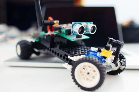 小さな手作りのおもちゃの車のクローズ アップ。子供自動建設・電子部品から作られます。趣味・ レジャー ・ diy のロボットの概念 写真素材