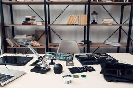 Elektronische reparatiewerkplaats, werkplaats van ingenieursherstellende technologie. Tafel met de nodige gereedschappen en apparatuur voor de renovatie van elektronica. Werk, beroep, bedrijfsconcept Stockfoto