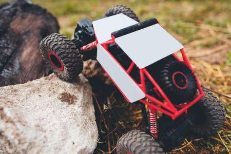 Vista superior en el juguete del rc de SUV en la piedra, el espacio libre. Rastreador, las carreras, el concepto de entretenimiento
