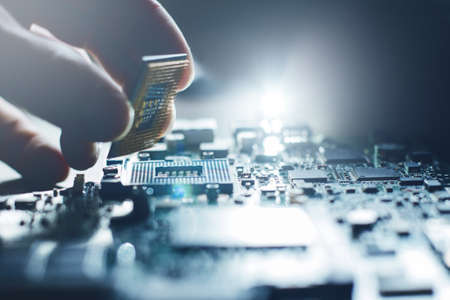 ingeniero electrónico de la tecnología informática. actualización de hardware Mantenimiento de la CPU del ordenador del componente de la placa base. reparación de pc, técnico y concepto de apoyo de la industria. Foto de archivo