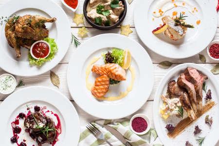 Vis en vleesmaaltijden variëteit plat lag. Bovenaanzicht op buffet met assortiment gezonde, gezonde gerechten. Buffet, banket, voorgerecht, restaurant menu concept Stockfoto