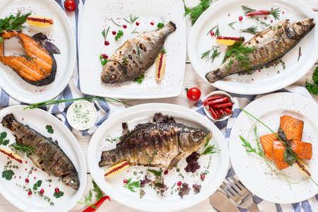 튀긴 된 금식 물고기 요리 평평한 구색의 구색. 구운 된 해산물 다양 한 상위 뷰입니다. 지중해 요리, 건강식, 레스토랑 메뉴, 뷔페 컨셉