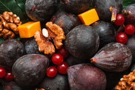 Noix aux figues et fond de fromage. Gros plan, mélange, figue, fruits, noix, rouges, viorne, baies, vin, snack, toile de fond Gourmet, cuisine, traiteur Banque d'images