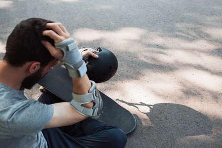 極端なスポーツの痛々しい傷。スケート ボード公園に頭部外傷事故。 写真素材