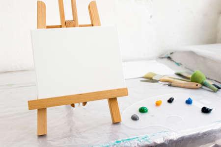 Studio d'arte creativa Strumenti artistici Posto di lavoro del pittore, hobby per bambini, tela bianca su cavalletto Archivio Fotografico - 83934955