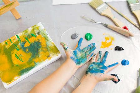 Educazione della prima infanzia Studio d'Arte. Hobby creativo per bambini, piccolo pittore nel processo di lavoro, sfondo artistico disordinato Archivio Fotografico - 85094053
