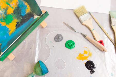 Vista dall'alto sul posto di lavoro del pittore creativo. Studio d'Arte. Interessante hobby per bambini, strumenti artigianali. Pittura astratta, concetto artistico Archivio Fotografico - 85271759