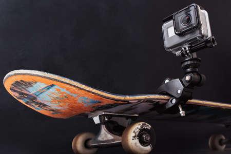 Kharkov, Ukraine - 29 juin 2017: GoPro Hero5 fixé sur une planche à roulettes professionnelle sur fond noir. Tournage vidéo de figures et de compétitions de sports extrêmes, espace libre Banque d'images - 85743389