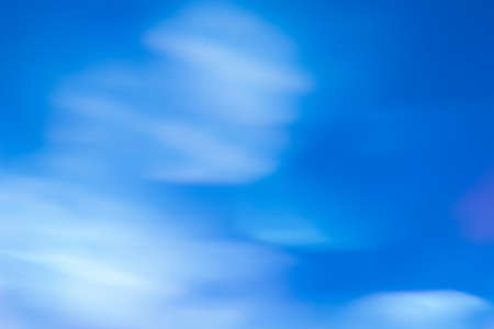 動きのぼやけたライトの抽象的な背景。夏の青い天窓の壁紙、リラクゼーション、紺碧と自由の心の概念の透明な曇りの景色 写真素材