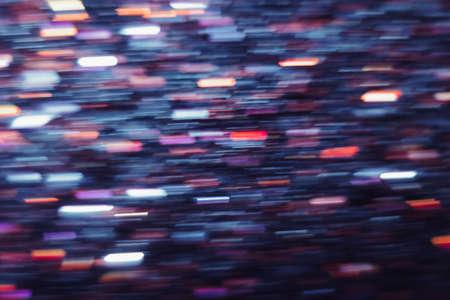 Defocused 빛 동작 흐림 효과의 추상적 인 배경. 빛나는 도시 배경, 무거운 밤 교통 도시 glimmers, bokeh, 스파클 반짝 이는 보라색과 빨간색 라인 벽지 스톡 콘텐츠