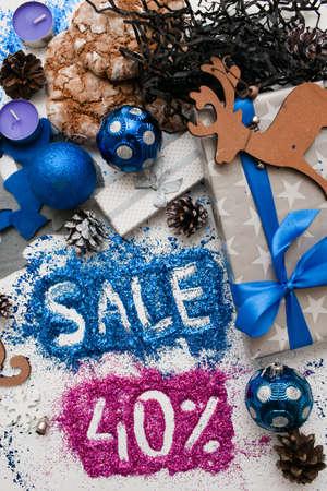 Verkoop op Kerstmis en Nieuwjaarsdagen, bovenaanzicht omgekeerd. Feestelijke decoratie met informatieve inscriptie van 40 pct korting voor etalages, winkelcentra en reclame achtergrondconcept